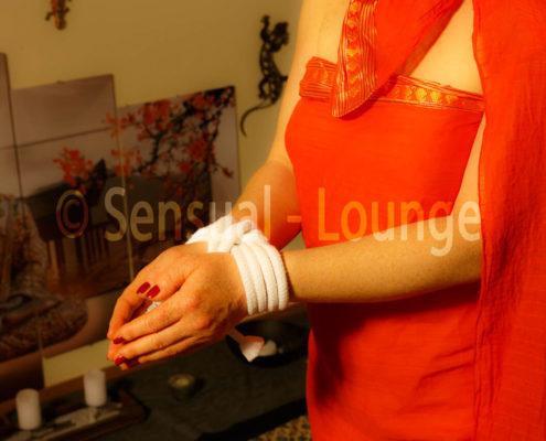 verbundene Hände vor Massage